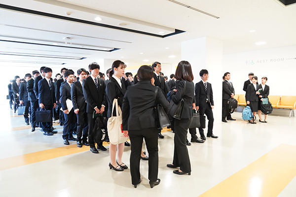 会場入口前は大行列。先頭の学生は「人気企業はすぐ満席になるから」と、1時間前に来たそう。