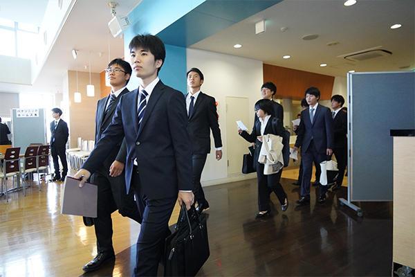 開始と同時に学生たちは事前に調べていた企業のブースへ足早に向かいます。