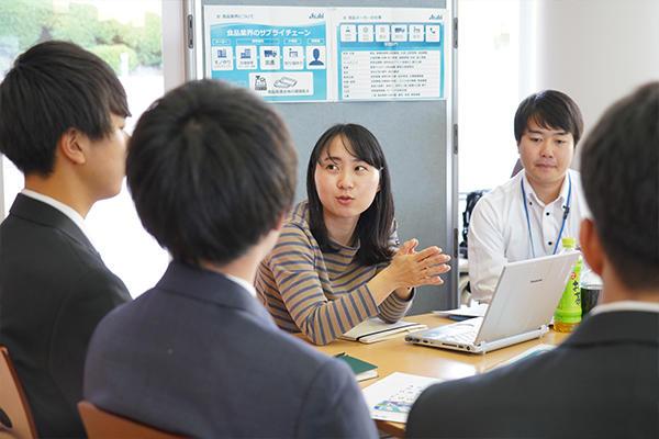 食品メーカーでも研究・開発部門、マーケティング部門、営業部門など様々な職種があることを説明する後藤さん。