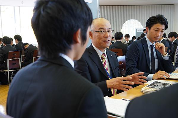 百瀬さん(右)に加え、工事所長で広島工大OBの岡田圭司さん(左)も現場目線から業界の魅力を語ってくれました。
