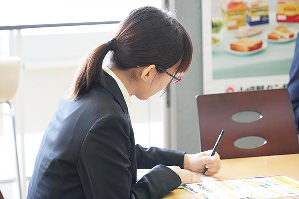 熱心にメモを取る学生。多数の企業でインターンシップなど、次のステップへ進める情報が伝えられていました。