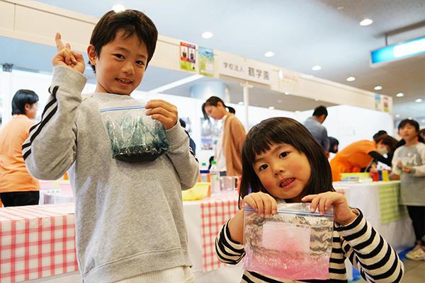 健芯くん(左)と美和架ちゃん(右)は、「つくるのも、実験するのも大好き!」とにっこり笑顔。