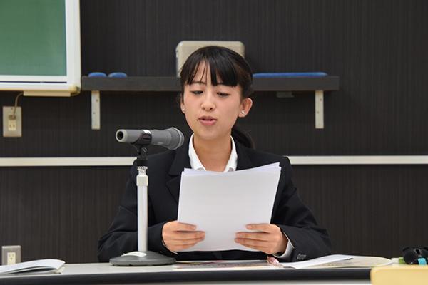 司会は本学の学生が担当。近藤令奈さん(食品生命科学科2年)が英語で進行していきます。