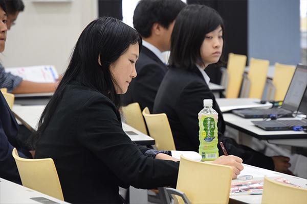 審査員は英語の発音・文法に加え、テーマの面白さ、論理的思考など、細かくチェックし総合的に評価します。