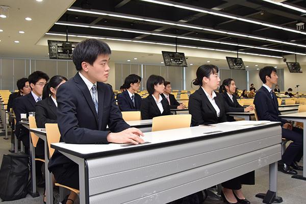 閉会式で審査員の総評を聞く参加学生たち。真剣な表情でフィードバックに耳を傾けていました。