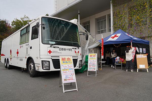 工大祭では社会貢献活動も同時に実施しています。学生が来場者に呼び込みを行い、献血にもご協力いただきました。