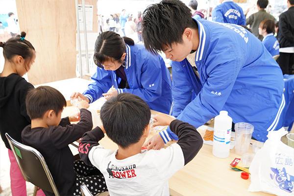 子ども向けの工作教室ではスライムづくりとプラ版づくりを実施。急遽材料を買い足しに行くほどの人気ぶり。