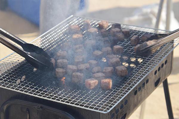 模擬店No.1を飾ったのは、広島県青年赤十字奉仕団のサイコロステーキ。炭火の香りと柔らかな食感が勝因かも!?