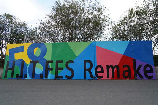 Nexus21の前に掲げられた巨大な手づくりフェスティバルボード。来場者の記念撮影する姿が多くありました。