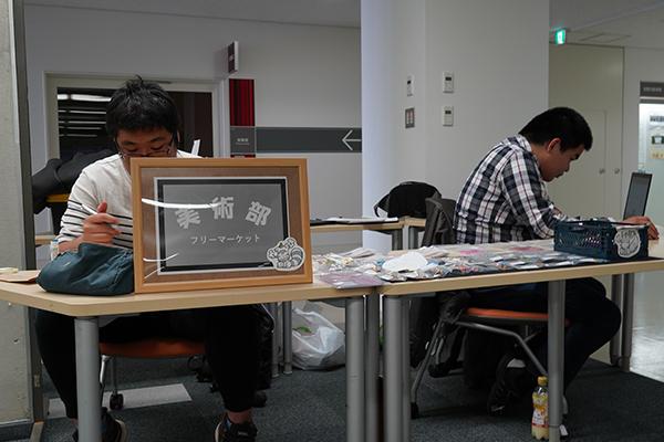美術部は展示のほか、自分たちで創った小物も販売。「売れ行きは、まあまあです」と美術部員。