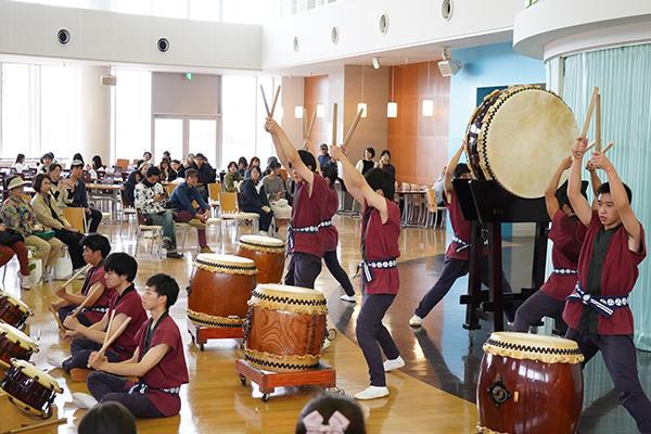 LEAF GARDENでは、和太鼓サークル「鼓遊会」が迫力満点の演奏を見せます。
