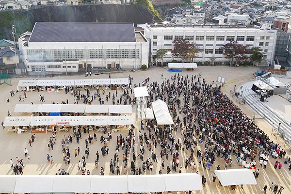 第3グラウンドの野外ステージを中心に、多くの来場者で賑わう工大祭。