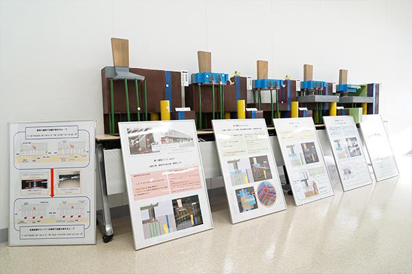 HITチャレンジ※で活動する「建築屋たち」の学生は、建物の耐震構造や災害時の避難所の利用方法を模型にして展示。