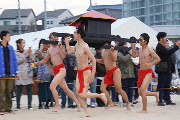 復活した赤ふん隊の男子学生たち。気合いが入っていますね。