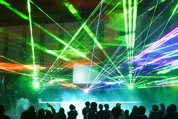 めまぐるしく変化するレーザー光線は感動的で神秘的。スモークやシャボン玉の演出も加わり、来場者を魅了しました。