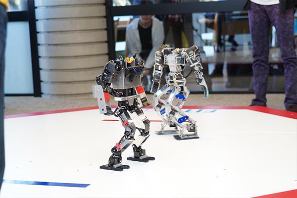 初陣を飾ったロボットの名は、オーダス(左)。臆することなく果敢に攻めていました。