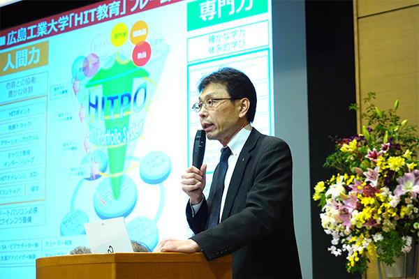 HIT教育をプレゼンテーションする長坂学長。