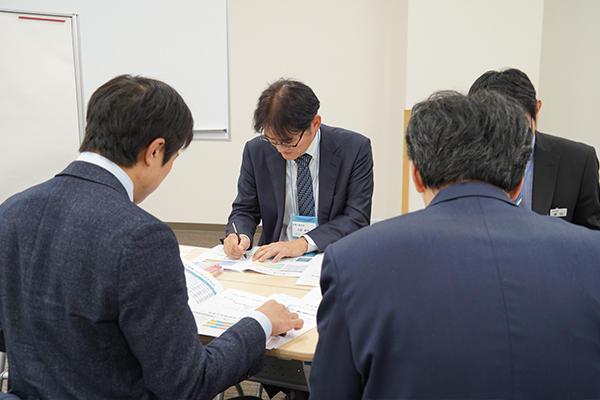 テーマ2では各大学の教職員でグループワークを実施。IRデータを活かした教育の改善案について議論します。