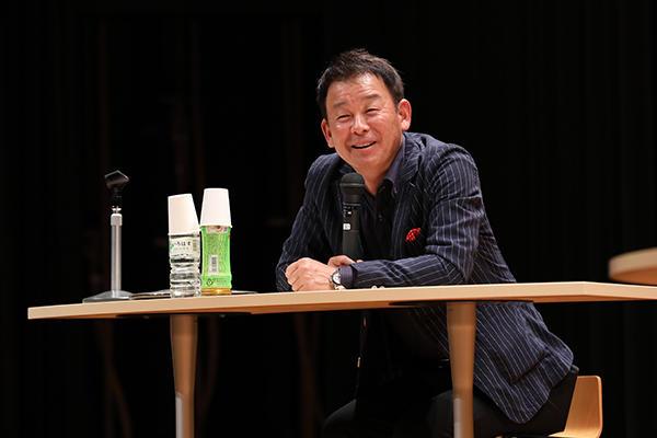 広島で30年以上活躍する横山アナウンサー。ベテランならではの巧みな話術で2人から話を引き出していきます。