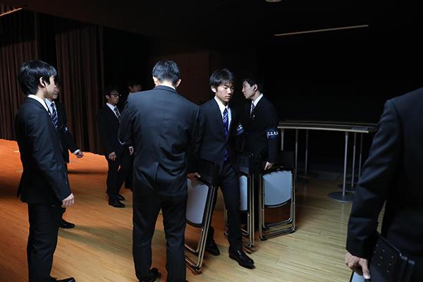 開演前、舞台裏で手際よく準備を行う体育会本部の学生たち。大盛況で終えることができたのも、彼らの働きがあってこそ。
