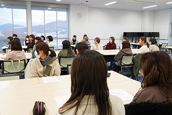 プレゼンテーションの秘訣を学ぼうとリーダーを中心に24人の女子学生が集まりました。