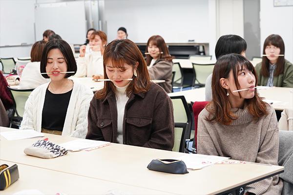 滑舌を鍛えるために割り箸をくわえた発声練習も実践。「やる前とやった後で話しやすさが違います」と笹木さん。