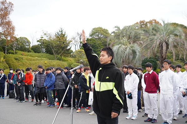 選手宣誓は土居郁弥さん(環境土木工学科4年)。「選手全員でタスキをつなぎ、最後まで走りきることを誓います」