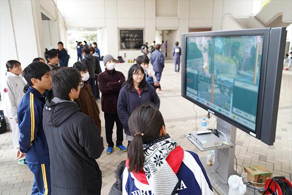 情報システムメディアセンター(ISMC)が3ヵ所にカメラ設置し生中継。モニター越しに仲間を応援。