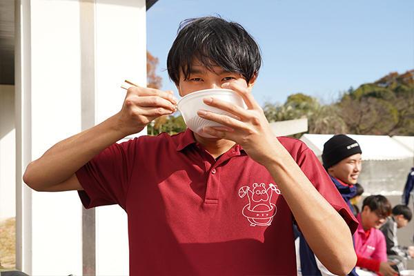 「走り終えた後の豚汁は、格別なおいしさです!」と水泳部の学生。