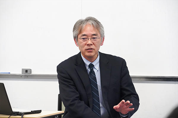 学生に講義する吉山さん。広島工大のOBでもあり、学生たちの大先輩。