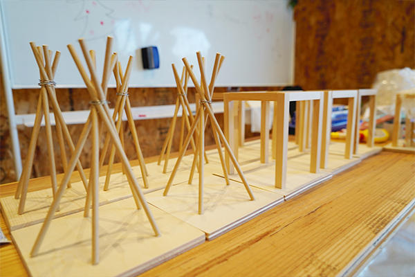まずはテント型とボックス型の2つからベースとなるお部屋選び。こちらは学生の手づくりです。