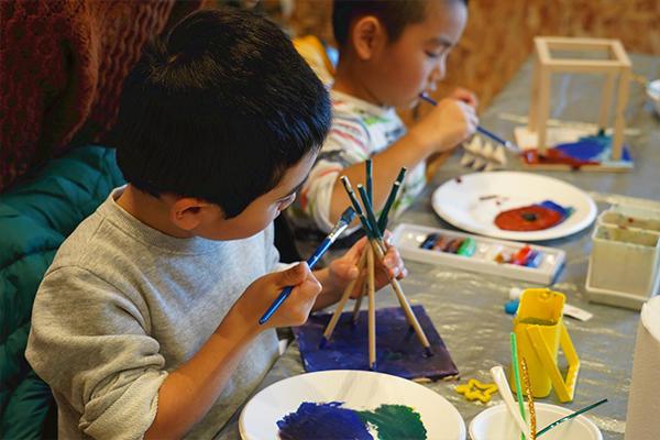 続いて好きな色を塗っていきます。早くも子どもたちは無我夢中。