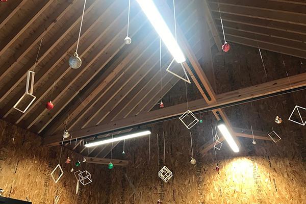 会場の天井には学生お手製のインテリア。クオリティの高さに驚きました。