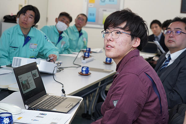 今仙電機製作所の方々を前にしても物怖じせず、堂々と発表を行う山本さん。