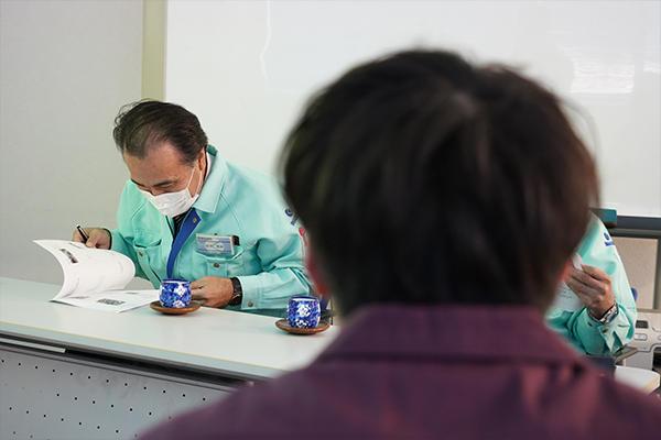 山本さんの発表に耳を傾けながら、資料を食い入るように読み込む姿も。