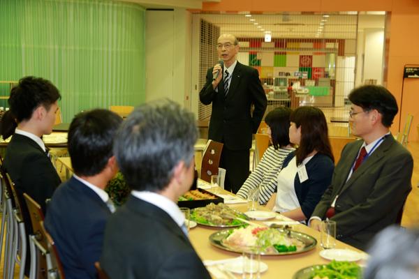 岩井副学長が「学生たちを受け入れてくださった企業の皆さまに感謝申し上げます」と乾杯のあいさつを行いました。