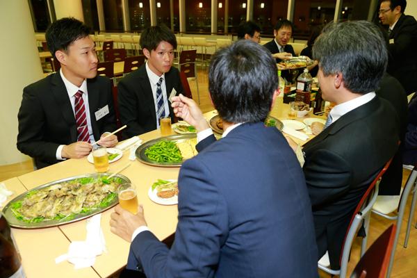 報告会の発表を振り返りながら、企業の皆さまと学生が親睦を深めました。