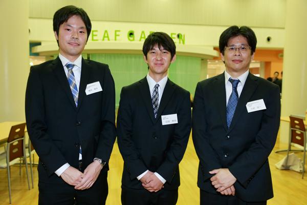 大旗連合建築設計株式会社の三好様(右)、國井様(左)。山田君(中央)「実習を経験し、新たな目標が生まれました。気持ちを新たに、大学院への進学を見据えながら、残りの学生生活を有意義に過ごしていきたいです」