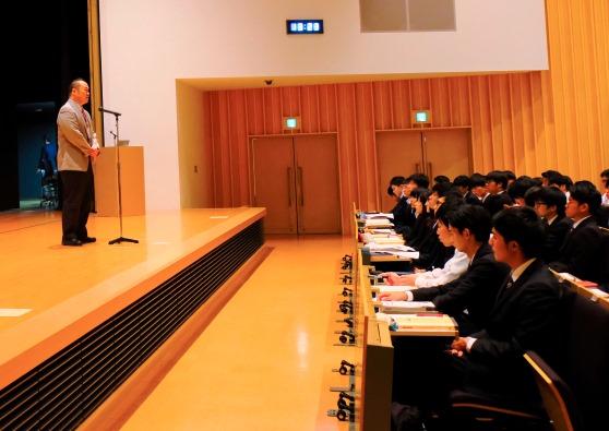 「今何をすべきか、このガイダンスを機に考えてください」と豊田就職部長