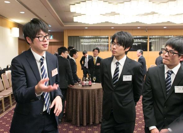河井さんの話を聞く学生らも、真剣そのもの。「なぜ自分がその会社を目指すのかを、突き詰めて考えてみてください」